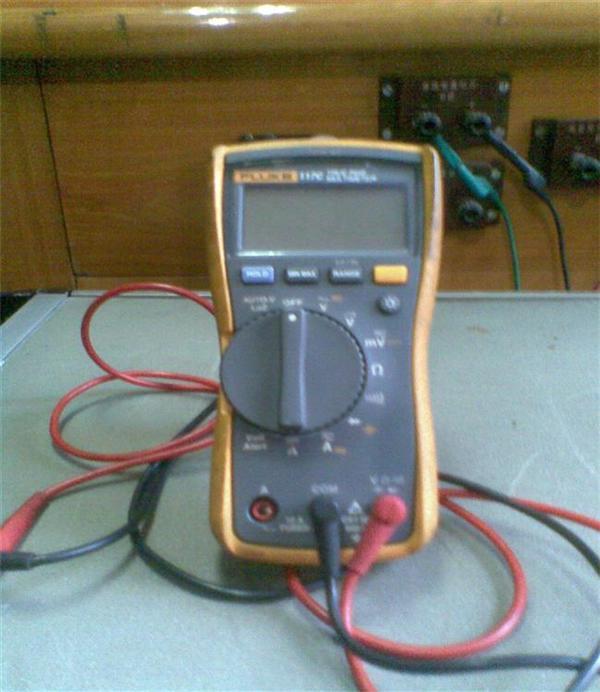 万用表测量空调压缩机接线柱