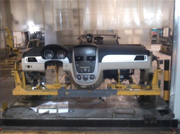 汽车开始安装仪表板 汽车中控室 ,大家看一下高清图片