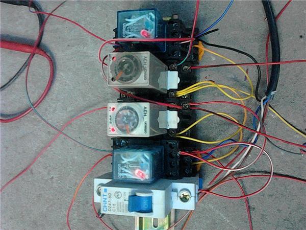 利用光电开关感应,自动控制气缸的前进,后退,吹气,分拣图片