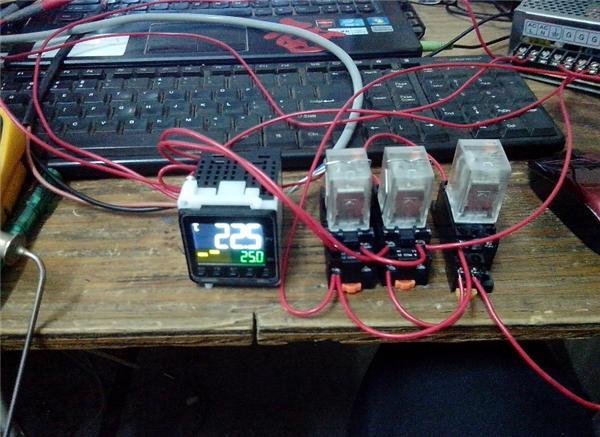 以得到常开常闭点,在通过起保停电路来控制第三个继电器.