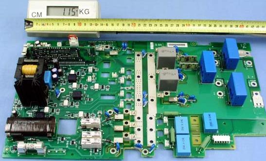1. 印制电路板的损坏判断   (1)排除了主回路器件的故障后,如还不能使变频器正常工作,最为简单有效的判断是拆下印制板看一下正、反面有无明显的元件变色、印制线变色、局部烧毁。   (2)一般变频器上的印制板主要有驱动板、主控板、显示板,根据变频器故障表现特征,使用换板方式判断哪块板有毛病。对其他印制板,如吸收板、GE 板、风机电源板等,因电路简单可用万用表迅速查出故障。   (3)印制板在有电路图时按图检查各电源电压,用示波器检查各点波形,先从后级,逐渐往前级检查;在没有电路图时,采用比较法,对有