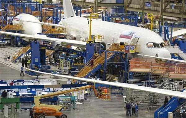 美国埃弗雷特,波音公司飞机组装车间.工人在组装波音787梦幻飞机.