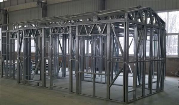 块自动化生产与智能装配技术仅由北钢联掌握。由于龙骨房屋的批量化生产具有诸多难点,如:梁、柱等长短不一,规格不同,还要预留出门、窗各类开孔位置,并且还有客户定制的因素在其中,对生产系统的柔性是极大的考验。 概述 轻钢龙骨自动化生产系统可实现房屋3D图纸输入后,整套系统输出打包好的房屋墙面模块,经过运输便可至项目现场进行房屋快速搭建。该套系统主要由龙骨生产成形设备、自动化拼装系统、自动化转运系统、生产管理系统等组成。  图2 轻钢龙骨生产线系统布局图 龙骨成形设备 前端使用开卷机构及辊传送进行入料,通过导向装