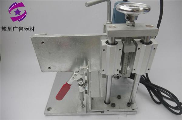 台式电动开槽机机器重约20公斤,配有调速角磨机,双圆规滑块,手动复式
