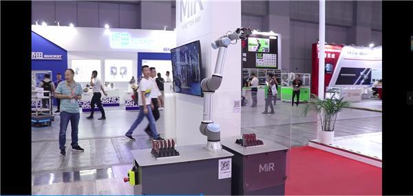 MiR200配备UR5机器人手臂,无需视觉,精准定位,移动抓取