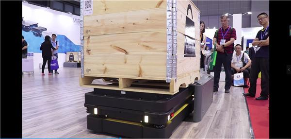 MiR1000搭配MiR1000 Lift举升装置,自动拾取,卸载美标托盘,可用于升降应用